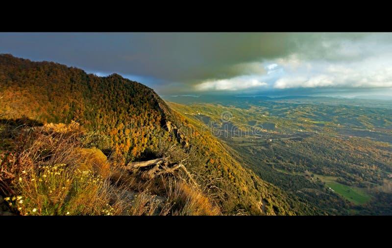 Panoramablick des hohen Berges der Pyrenäen stockbilder