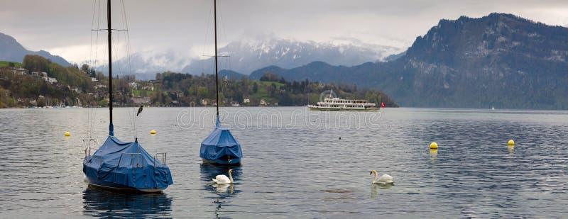 Panoramablick des Luzerner Sees an einem bewölkten Frühlingstag Stadt von Luzern, die Schweiz lizenzfreie stockfotos