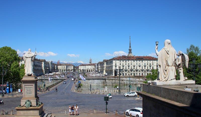 Panoramablick des Marktplatzes Vittorio Veneto und der Mole Antonelliana genommen von Gran Madre di Dio, Turin, Italien lizenzfreies stockfoto