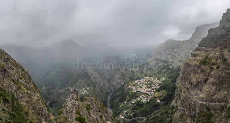 Panoramablick des Nonnen-Tales eingehüllt in Nebel lizenzfreie stockfotos