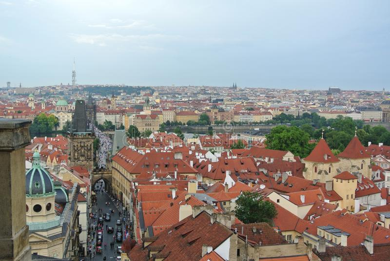 Panoramablick des Prag-Schloss-Dachs lizenzfreie stockfotos