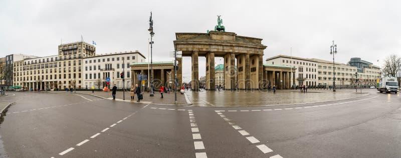 Panoramablick des Quadrats am 18. März und das Symbol von Berlin- - Brandenburger Tor lizenzfreie stockfotografie