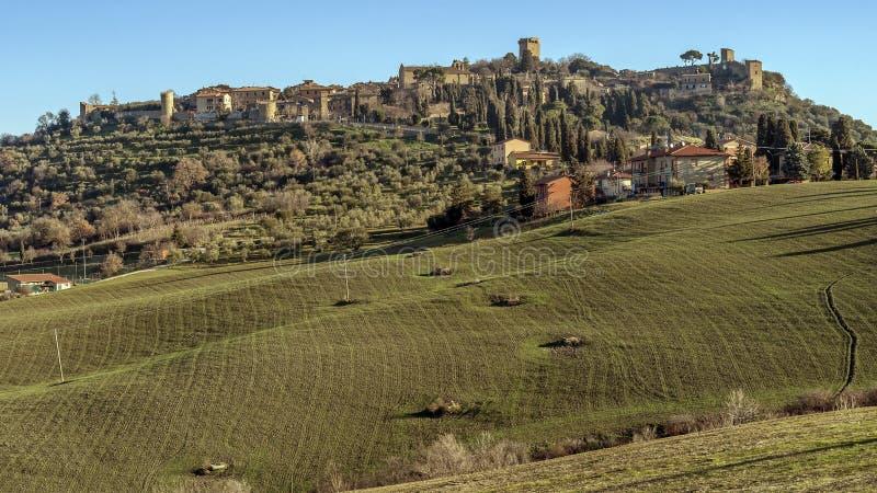 Panoramablick des schönen mittelalterlichen Dorfs von Monticchiello, Siena, Toskana, Italien lizenzfreies stockfoto