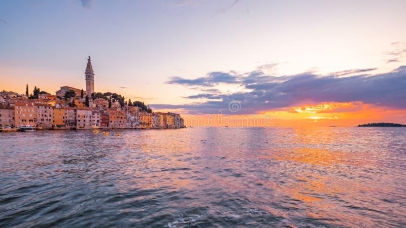 Panoramablick des schönen Ozeansonnenuntergangs in Rovinj, Kroatien stockbilder
