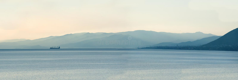 Panoramablick des Schiffs am Morgen mit Bergen stockfotos