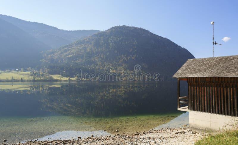 Panoramablick des Sees Grundlsee am Frühherbstmorgen Ansicht der Alpen Grundlsee, Steiermark, Österreich stockbild