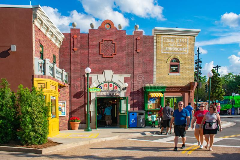 Panoramablick des Sesame Street-Errichtens und -leute gehend bei Seaworld im internationalen Antriebsbereich stockfotografie