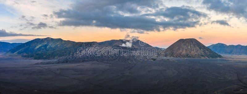 Panoramablick des Sonnenaufgangs im Berg Bromo, Indonesien lizenzfreie stockfotos