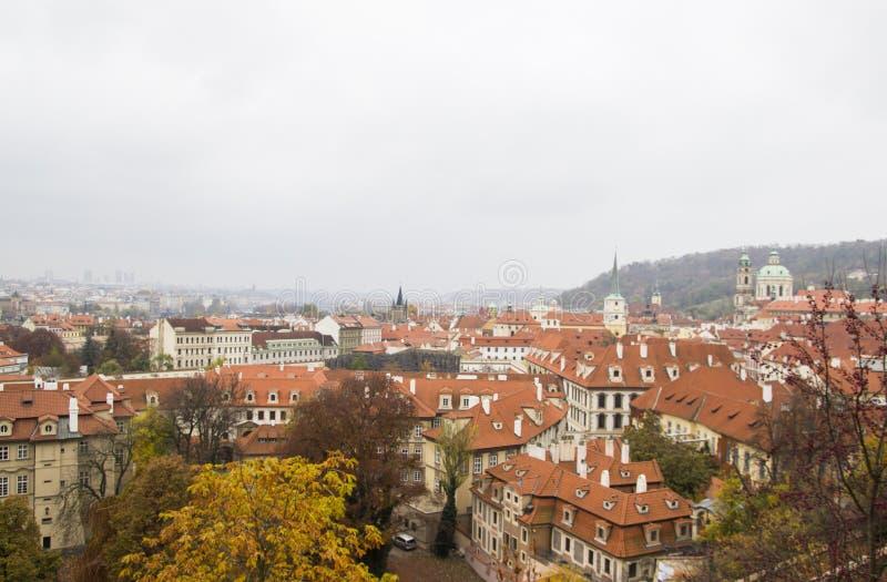 Panoramablick des Stadtzentrums mit mit Ziegeln gedeckten roten Dächern, Prag, Tschechische Republik Panoramablick der alten Stad stockfotos