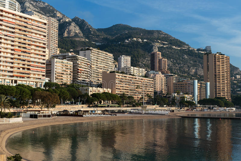 Panoramablick des Strandes in Monte Carlo, Monaco fürstentum lizenzfreie stockfotografie
