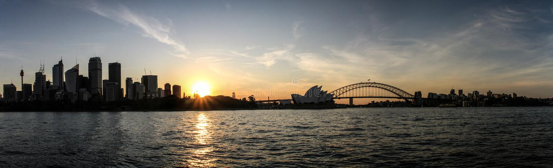 Panoramablick des Sydney-Stadt-, -Opernhaus- und -hafenbrückensonnenuntergangs von Stuhl Frau-Macquarie ', Sydney, New South Wale lizenzfreie stockbilder