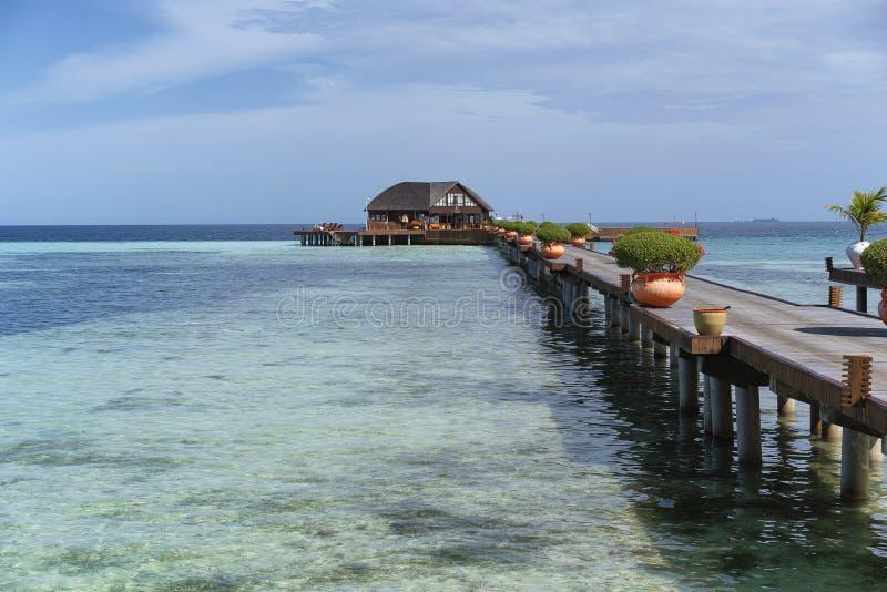 Panoramablick des Türkiswassers in einem Malediven-Inselresort lizenzfreies stockfoto