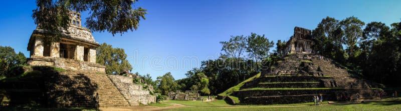 Panoramablick des Tempels der Sonne und des Tempels des Kreuzes, Palenque, Chiapas, Mexiko stockfotografie