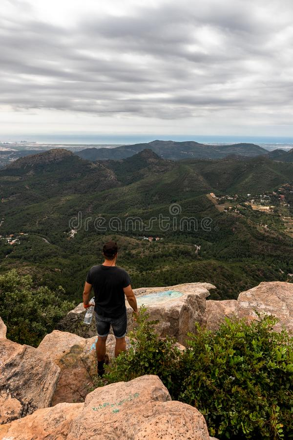 Panoramablick des Touristen auf Bergspitze lizenzfreie stockfotografie