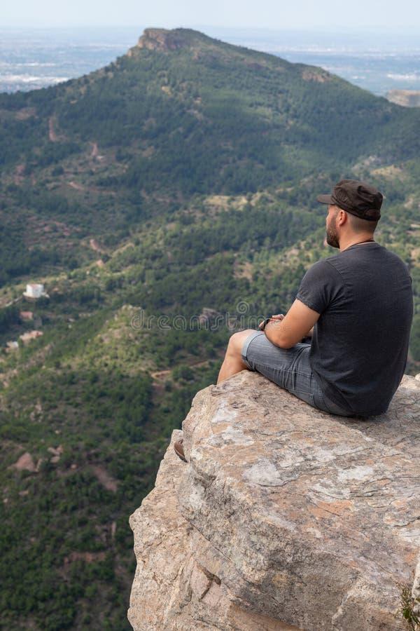 Panoramablick des Touristen auf Bergspitze stockfotos