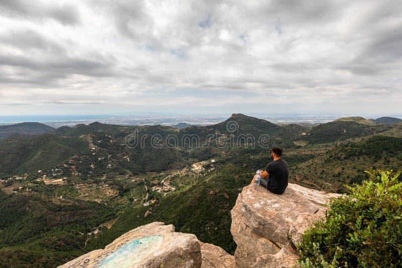 Panoramablick des Touristen auf Bergspitze lizenzfreies stockbild