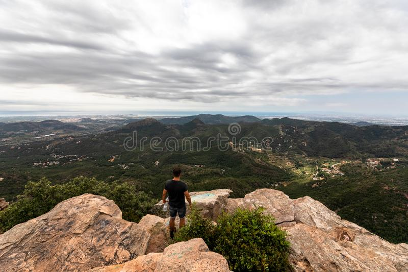 Panoramablick des Touristen auf Bergspitze stockbild