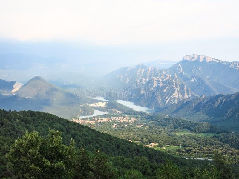 Panoramablick des vor-Pyrenean Bereichs von Katalonien, mit der Sierra Cadí, Teich Llosa Del Cavall und der Kleinstadt von San lizenzfreie stockbilder