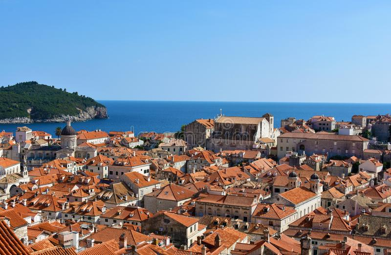 Panoramablick Dubrovnik und Lokrum lizenzfreie stockfotografie