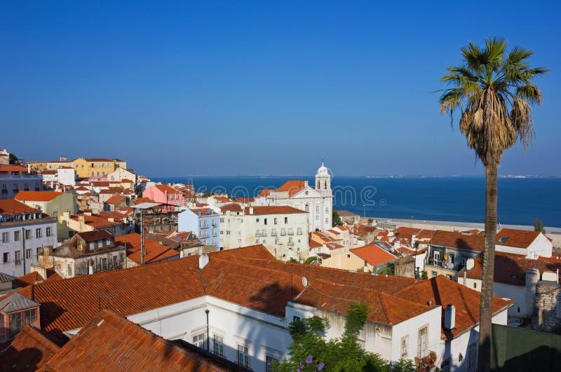 Panoramablick Lissabons Alfama in Richtung zum Fluss lizenzfreies stockfoto
