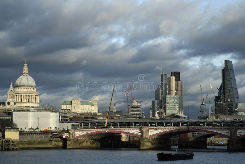 Panoramablick mit Blackfriars-Brücke über der Themse in Großbritannien stockfotos