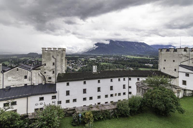 Panoramablick mit den defensiven Türmen der Hohensalzburg-Festung Festung Hohensalzburg, Salzburg, Österreich lizenzfreie stockfotografie