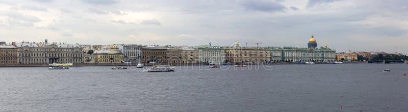 Panoramablick Neva Rivers und des Palast-Dammes in St Petersburg lizenzfreie stockfotografie