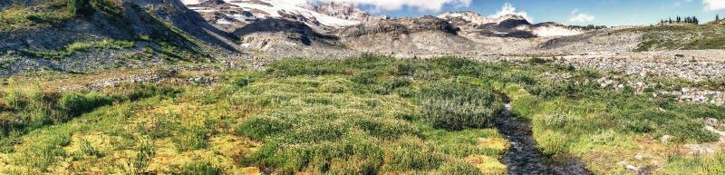 Panoramablick regnerischerer Landschaft Mt an einem schönen Sommertag lizenzfreie stockfotos