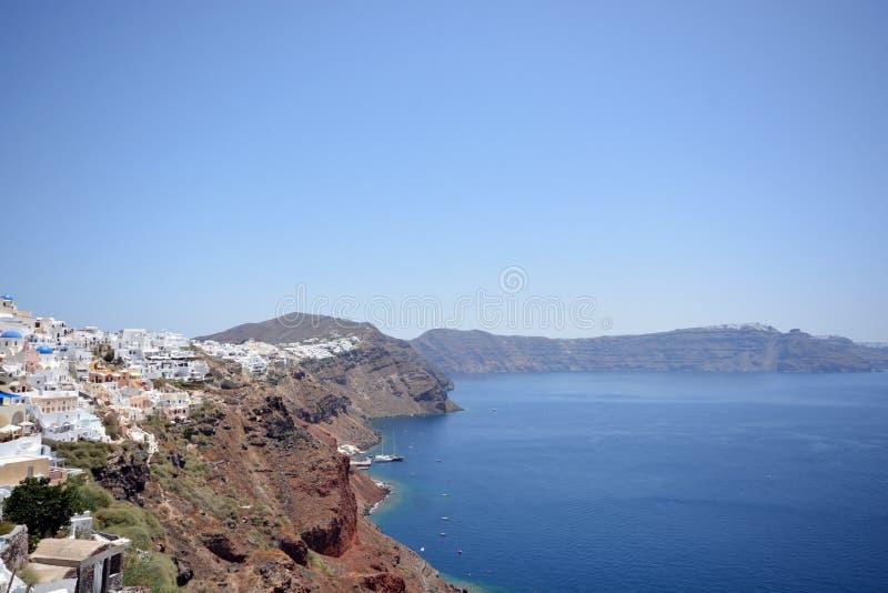 Panoramablick-, Santorini-Insel, traditionelle und berühmte weiße Häuser und Kirchen mit blauen Hauben über dem Kessel, Ägäisches stockbild