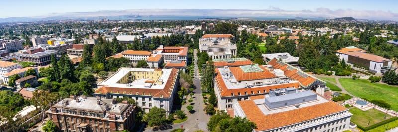 Panoramablick University of Californias, Berkeley-Campus an einem sonnigen Tag; San Francisco, Schatz-Insel und die Buchtbrücke stockfotografie