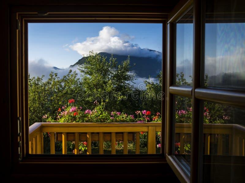 Panoramablick vom alpinen Chalet stockbild