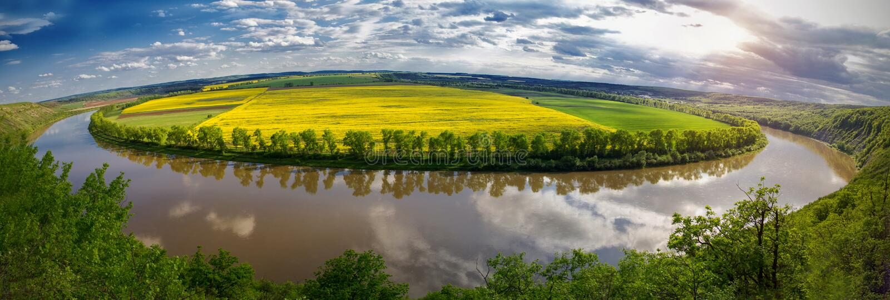 Panoramablick vom Hügel auf Biegung des Flusses Buntes Rosa stockbilder