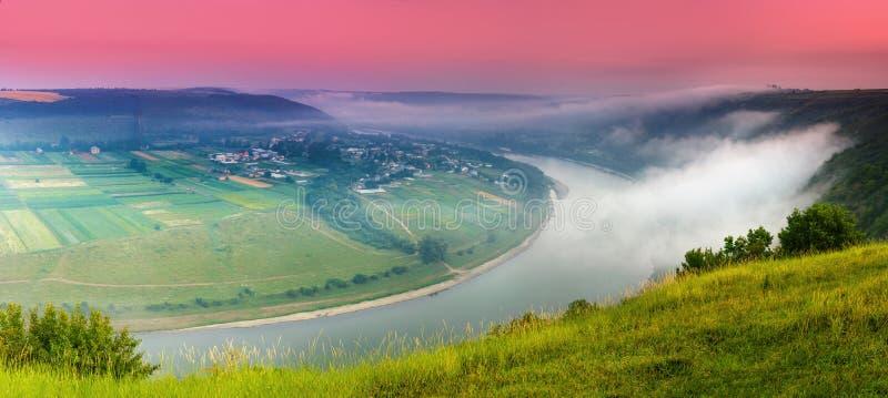 Panoramablick vom Hügel auf Biegung des Flusses Schöne Sommerlandschaft Bunter rosa Himmel des Morgens lizenzfreie stockfotos