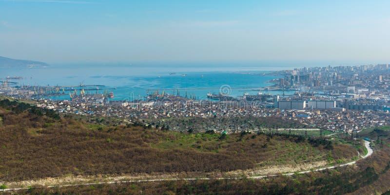 Panoramablick vom Hügel auf der Industriestadt am Nachmittag, die Heldstadt von Novorossiysk stockbilder