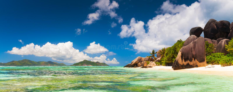 Panoramablick vom Tropeninselstrand Seychellen-Indischen Ozean stockfotografie