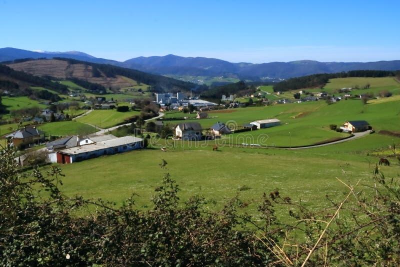 Panoramablick von Anleo-Dorf in Asturien-Provinz, Spanien lizenzfreies stockbild