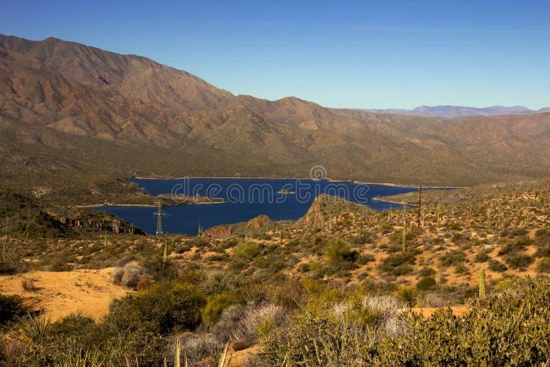 Panoramablick von Apache See in Arizona stockbilder