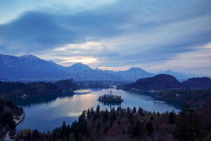 Panoramablick von ausgeblutetem See, Slowenien lizenzfreie stockfotos