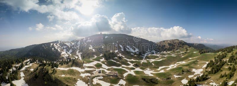 Panoramablick von Bergen in der Schweiz stockfotos