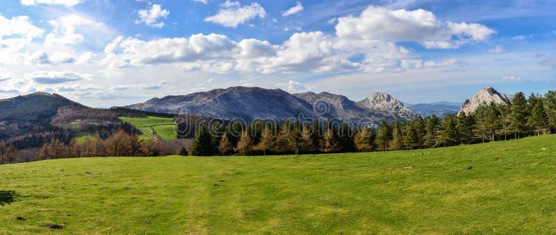 Panoramablick von Bergen in Urkiola-Naturpark lizenzfreies stockbild
