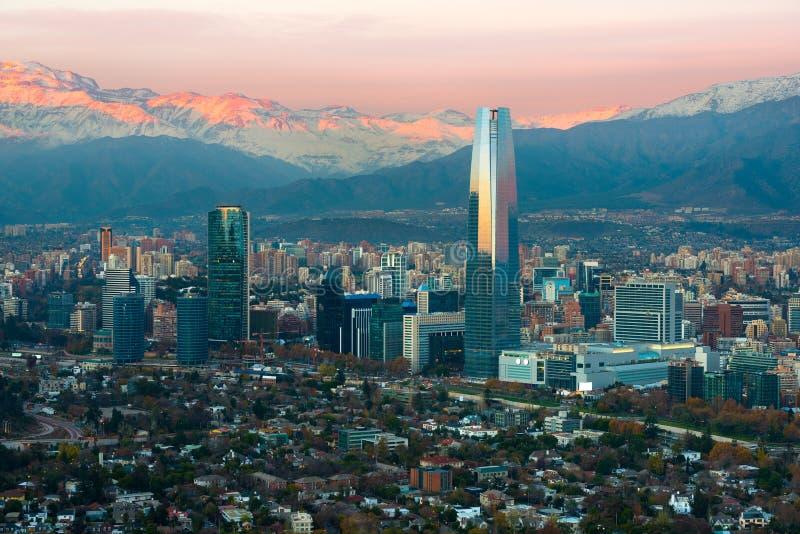 Panoramablick von Bezirken Providencia und Las Condes mit dem Anden-Gebirgszug bei Sonnenuntergang, Santiago stockfoto