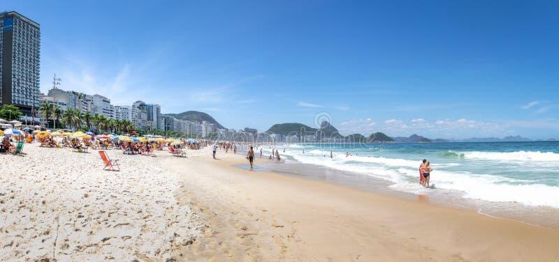 Panoramablick von Copacabana-Strand mit Sugar Loaf Mountain auf Hintergrund - Rio de Janeiro, Brasilien lizenzfreie stockfotos