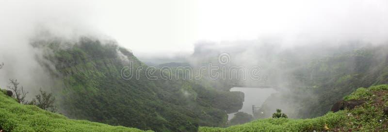 Panoramablick von den Wolken, die über den Bergen übersehen Teich schweben stockfoto