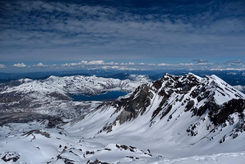 Panoramablick von der Mount- Saint Helenskrater mit dem Spirit See und Mount Rainier im Abstand lizenzfreies stockbild