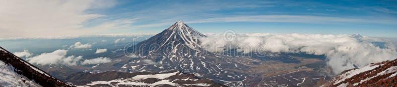 Panoramablick von der Steigung von Avachinsky-Vulkan Koryaksky beherrscht die Landschaft Kamchatka Krai stockbilder