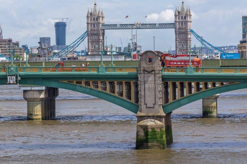 Panoramablick von der Themse und von Turm-Brücke in der Stadt von London, England, Großbritannien stockbild