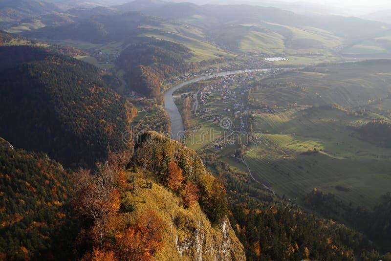Panoramablick von drei Kronen ragen in Pieniny-Berge, Polen empor lizenzfreies stockfoto