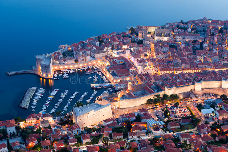Panoramablick von Dubrovnik nachts kroatien stockbilder