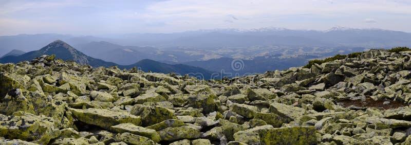 Panoramablick von einem Steingebirgszug Gorgany zum Tal lizenzfreies stockfoto