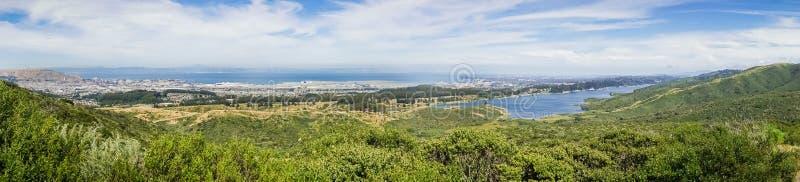 Panoramablick von Flughafen Sans Francisco International und von San- Andreasreservoir; San Francisco Bay, Kalifornien lizenzfreie stockbilder